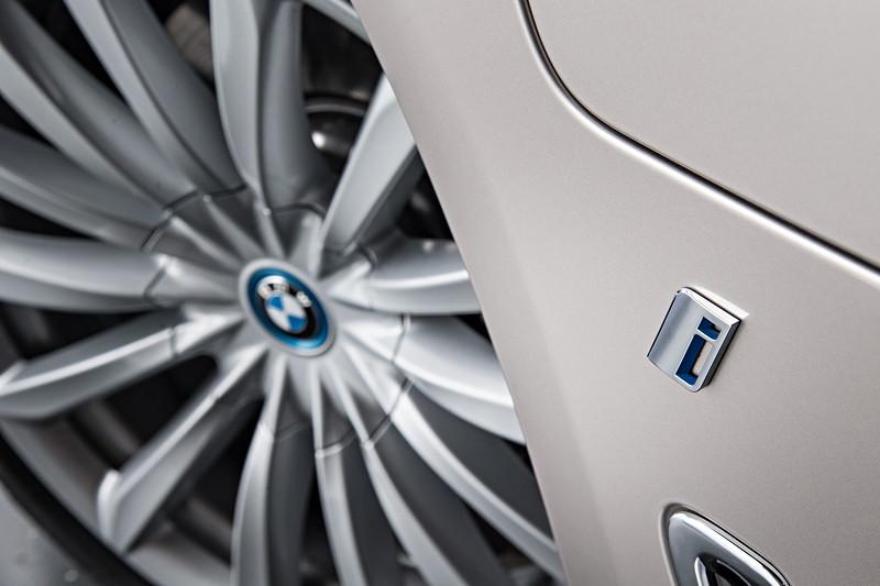 BMW 740Le xDrive iPerformance, mit blauer Radnabenabdeckung und i Schriftzug Seitenwand vorn