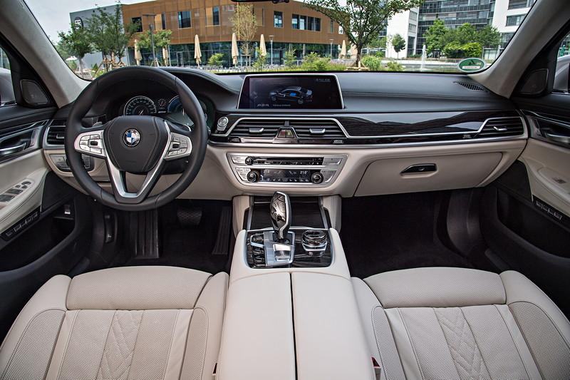 BMW 740Le xDrive iPerformance, Edelholzausführung Fineline schwarz mit Metallefekt hochglänzend