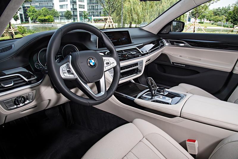 BMW 740Le xDrive iPerformance, Cockpit, Instrumententafel lederbezogen zum Mehrpreis von 1.450 Euro