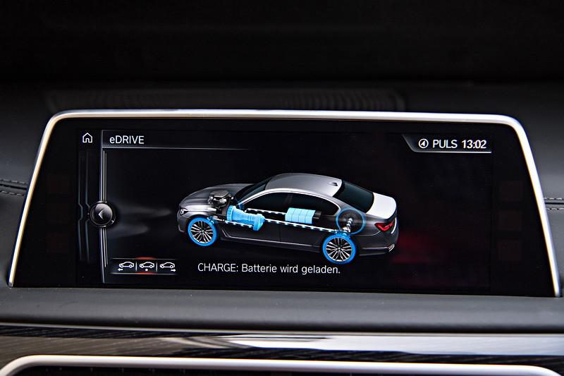 BMW 740Le xDrive iPerformance, Bordbildschirm, Anzeige: Batterie wird geladen (Rekurperation)