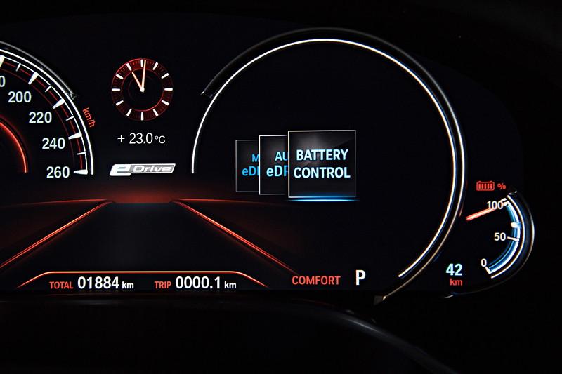 BMW 740Le xDrive iPerformance, Tacho Instrumente. Wahl des eDrive Modus, hier 'Battery Control'.