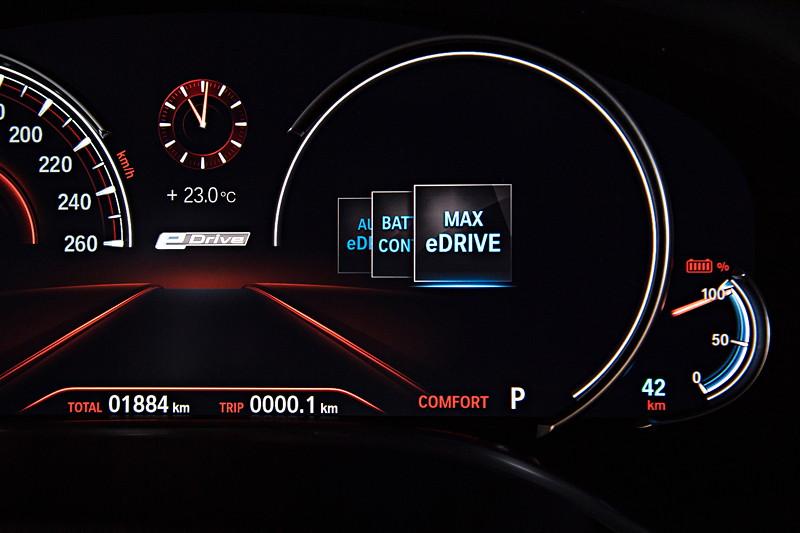 BMW 740Le xDrive iPerformance, Tacho Instrumente. Wahl des eDrive Modus, hier 'MAX eDrive'.
