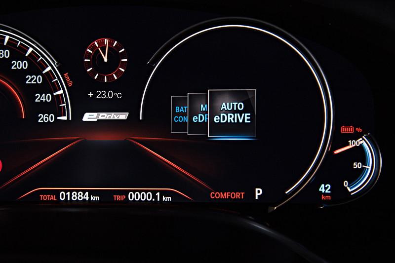 BMW 740Le xDrive iPerformance, Tacho Instrumente. Wahl des eDrive Modus, hier 'Auto eDrive'.