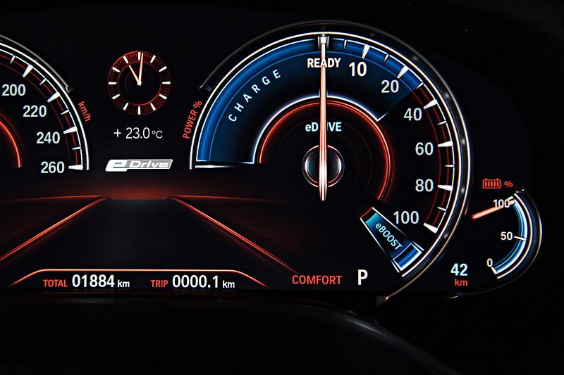 BMW 740Le xDrive iPerformance, Tacho Instrumente. Bis ca. 30 Prozent Lastanforderung wird rein elektrisch gefahren.