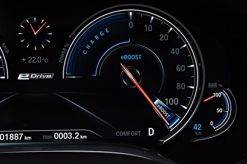 BMW 740Le xDrive iPerformance, Tacho Instrumente. Bei Vollgas gibt es den eBoost.