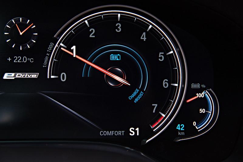 BMW 740Le xDrive iPerformance, Tacho Instrumente. Im Sport-Modus gibt es einen 'normalen' Drezahlmesser.