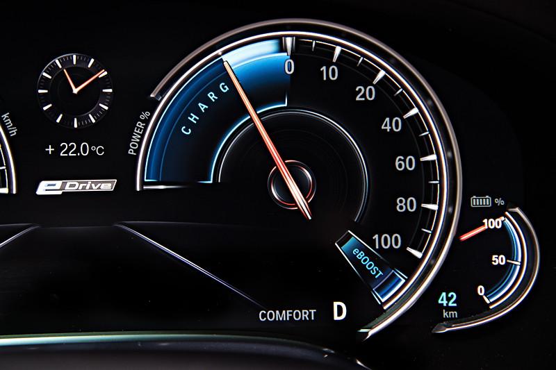 BMW 740Le xDrive iPerformance, Tacho Instrumente. Die Rekuperation wird im Tacho mehrstufig angezeigt.
