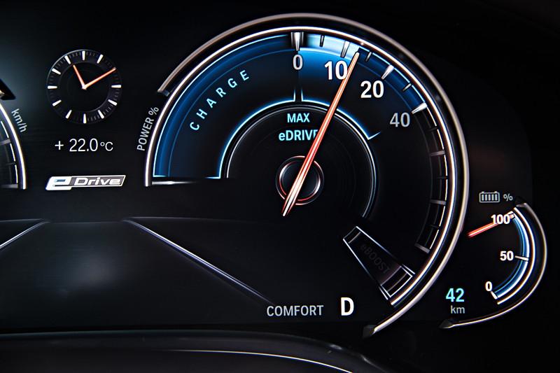 BMW 740Le xDrive iPerformance, Tacho Instrumente. Fahrt im rein elektrischen Modus 'MAX eDrive'.