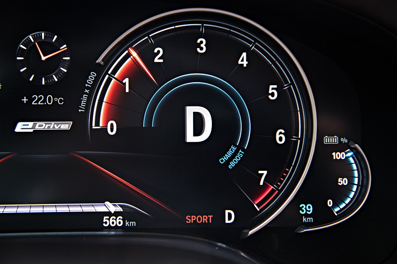 BMW 740Le xDrive iPerformance, Tacho Instrumente. Drehzahlmesser im D-Modus.