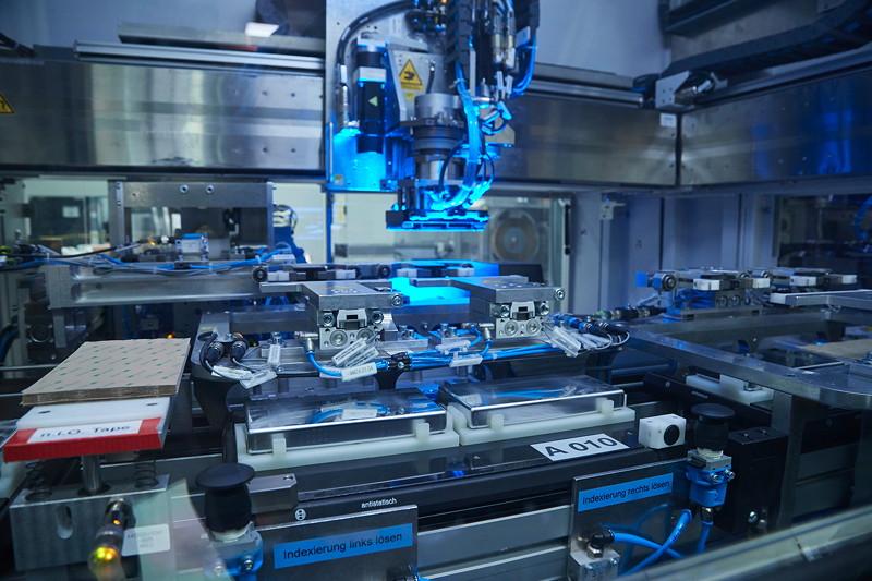 Produktion von Hochvoltspeichern in Dingolfing für Plug-in-Hybridfahrzeuge.