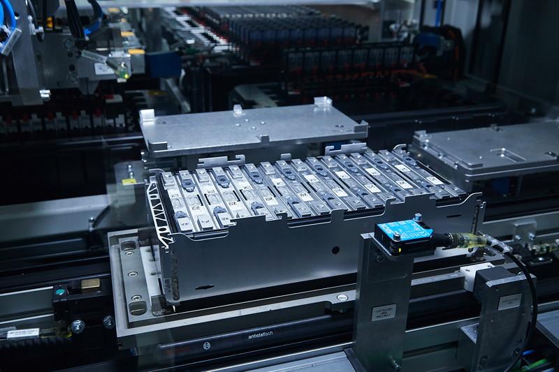 Einzelne Batteriezellen sind hier bereits zu einem Batteriemodul zusammengefügt.