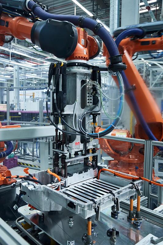 Automatische Enbringung der Batteriemodule in das Gehäuse des Hochvoltspeichers.
