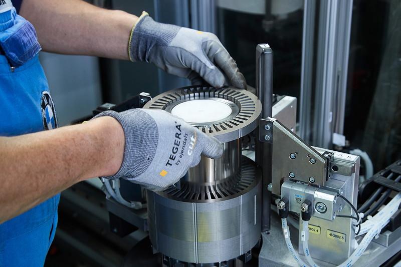 Fertigung eines Elektro-Motors für BMW PHEV Fahrzeuge im Werk Dingolfing.