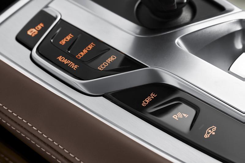 BMW 740e iPerformance, Fahrerlebnisschalter und eDrive Taste