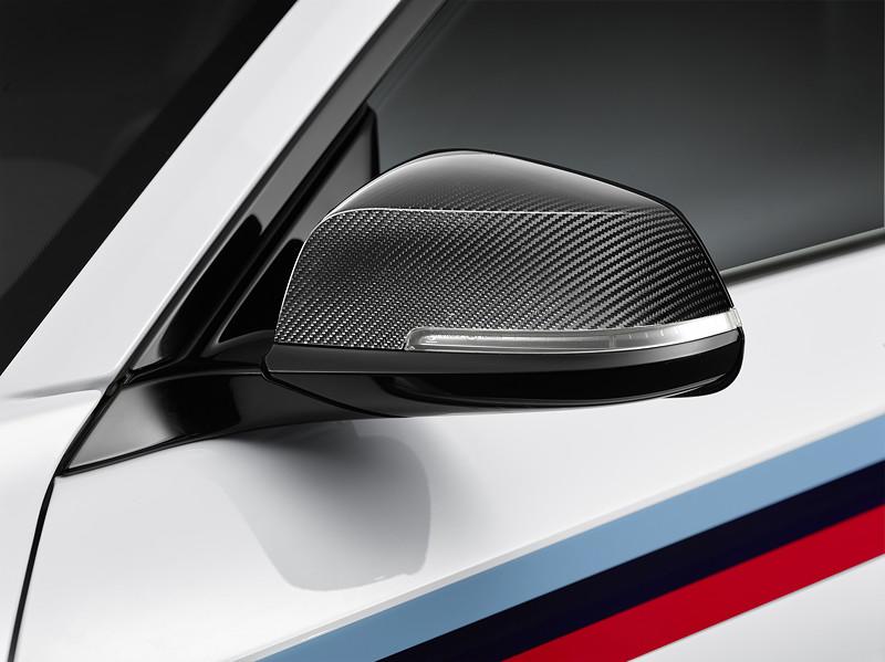 BMW M2 Coupé mit BMW M Performance Zubehör: Carbon Außenspiegelklappe