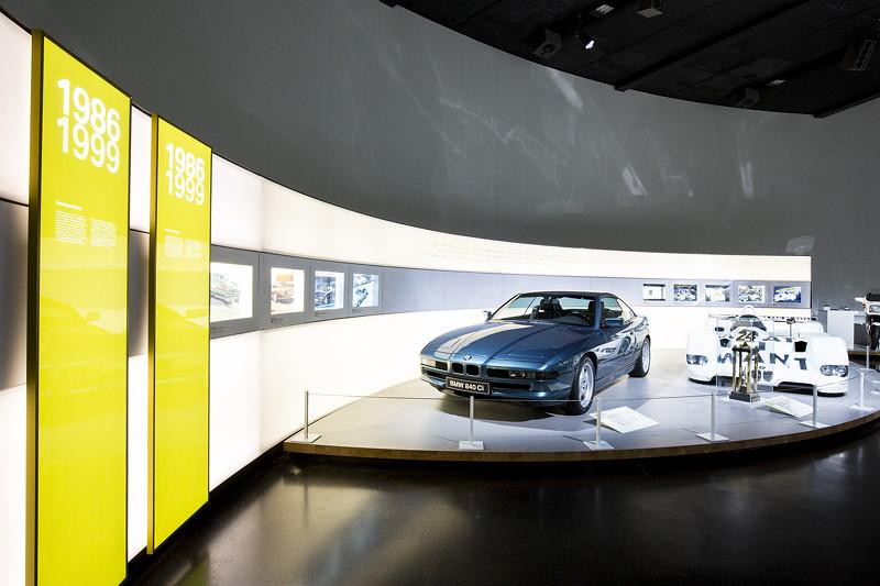 BMW Museum, Wechselausstellung '100 Meisterstücke': BMW 840Ci und BMW V12 Le Mans Artcar von Jenny Holzer