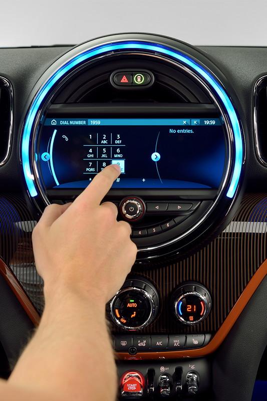 MINI Countryman, Premiere: Zentralinstrument mit Touchscreen-Display.