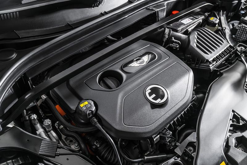 Der 1,5 Liter 3-Zylinder Benzinmotor mit 136 PS treibt die Vorderräder des MINI Cooper S E Countryman ALL4 an.