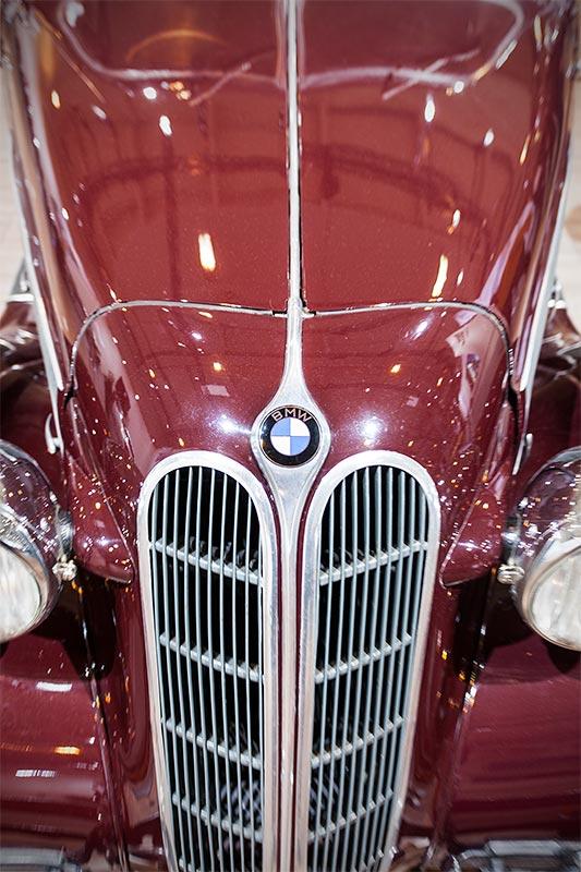 BMW 326 Limousine, Motorhaube mit großer BMW Niere