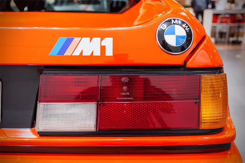 BMW M1, BMW Logo und Typbezeichnung am Heck