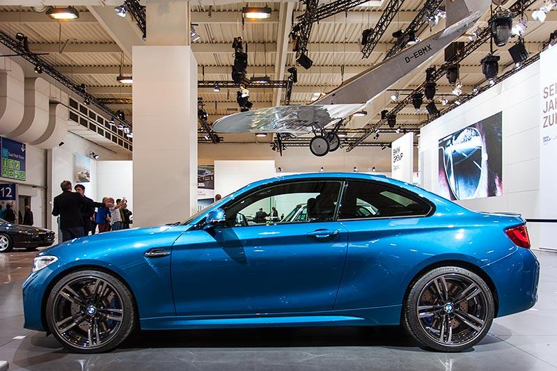 BMW M2, ausgestellt auf der Techno Classica 2016, im Hintergrund Flugzeug Klemm L25