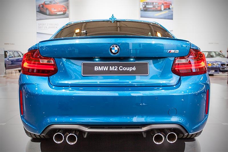 BMW M2 in Long Beach Blau metallic, mit Doppelrohr-Auspuff-Endrohren