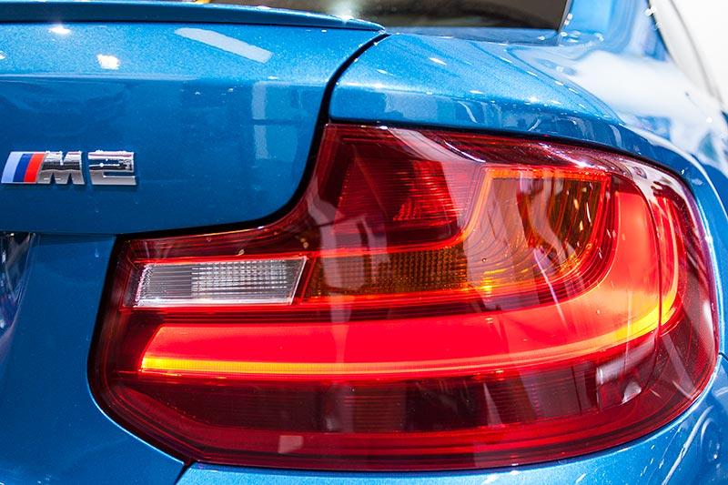 BMW M2, Rücklicht und Typbezeichnung auf der Heckklappe