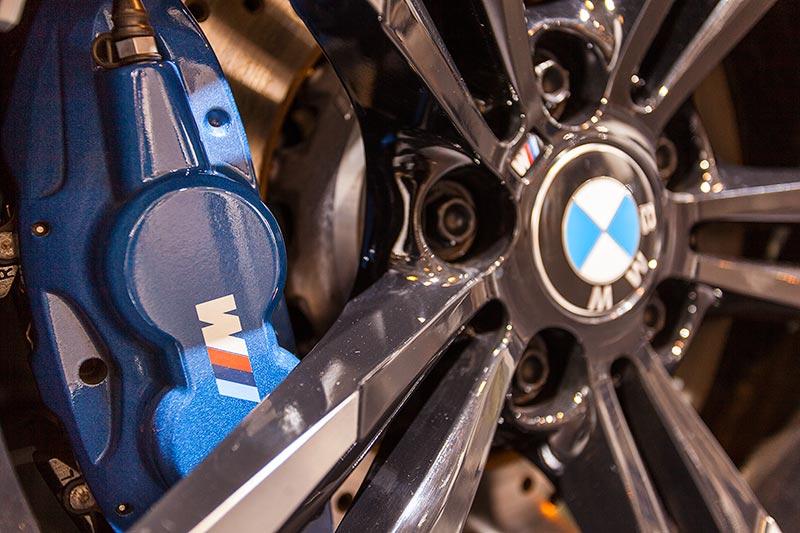 BMW M2, Bremssattel in BMW M Farbe mit M Logo