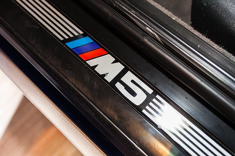 BMW M5 touring, M5 Schriftzug in der Einstiegsleiste