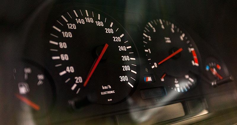 BMW M5 touring, Tacho-Instrumente bis 300 km/h