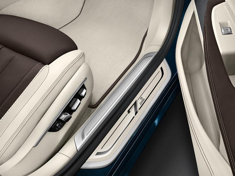 Der BMW 7er Edition 40 Jahre mit BMW Individual Volllederausstattung Merino Feinnarbe in der Farbkomibation Rauchweiß/Cohiba und Editions-Signet auf der Einstiegsleiste