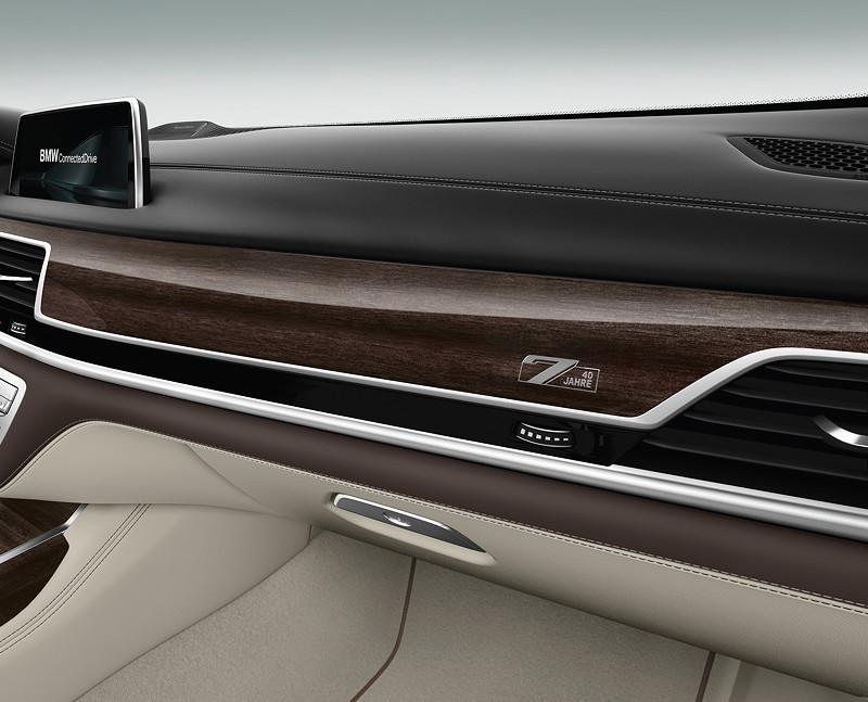 Der BMW 7er Edition 40 Jahre mit BMW Individual Interieurleiste Eukalyptus Riegel rauchbraun hochglänzend