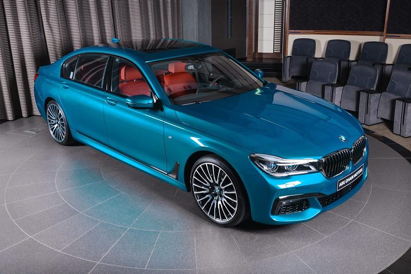BMW 750Li (G12) xDrive in Atlantis Blau, mit Panorama Glasdach (1.190 Euro Aufpreis).