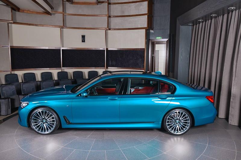 BMW 750Li xDrive (G12) in Atlantis Blau im Showroom des größten BMW Händlers der Welt in Abu Dhabi.
