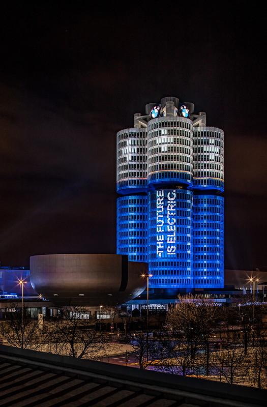 Als Batterie illuminierter BMW 'Vierzylinder' am Abend des 18.12.2017.