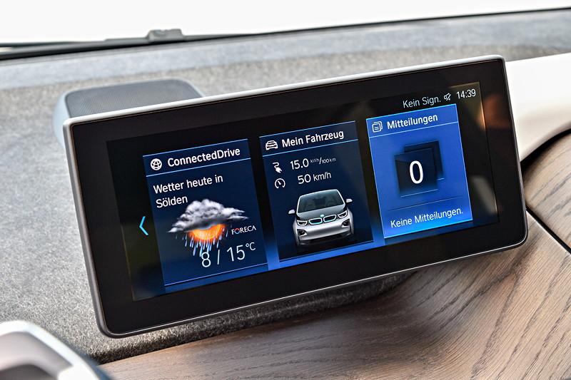 BMW i3, weiterentwickelte Ausführung des Bediensystems iDrive: höhere Bildschirmauflösung, Menüdarstellung auf dem Control Display jetzt in Kacheloptik mit Live- Modus.
