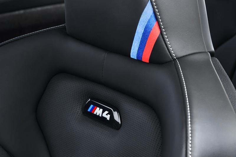 BMW M4 CS, M-Farben und M4 Logo im Sitz