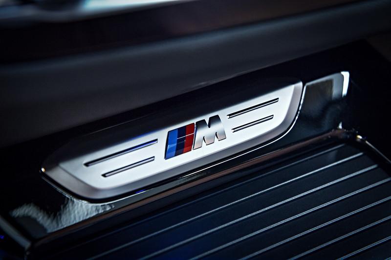 BMW X3 xDrive M40i, Leiste in dere Mittelkonsole mit M Logo