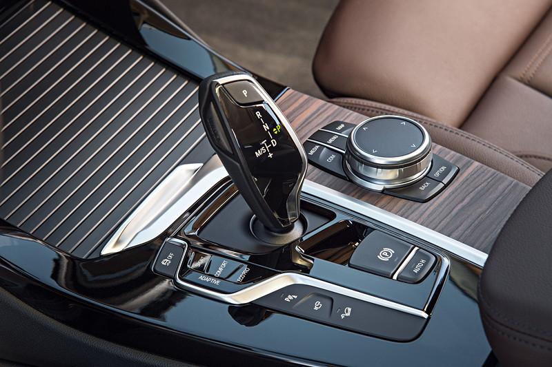 BMW X3 xDrive30d xLine, Automatik-Wählhebel und iDrive Controller