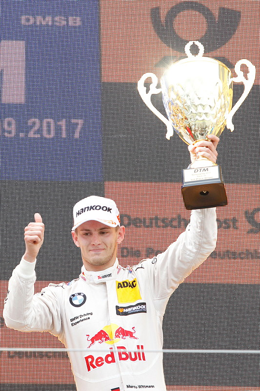 Nürburgring, 10. September 2017. DTM-Rennen 14. Marco Wittmann auf dem Siegerpodest mit seinem Pokal.