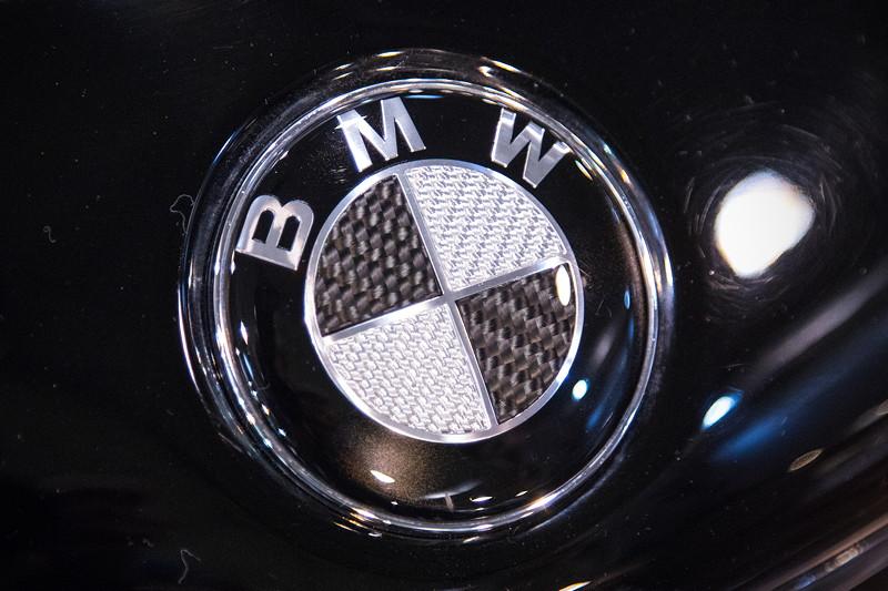 Essen Motor Show 2017: BMW 6er (E24) mit geschwärztem BMW Logo, auf dem Stand von TA Technix.