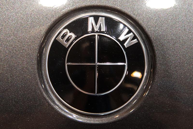 Essen Motor Show 2017: BMW M550i mit BMW Logo in schwarz.