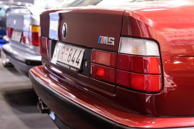 BMW M5 (E34) neben einem seltenen Alpina B10 3,0 auf der Essen Motor Show, Halle 1.