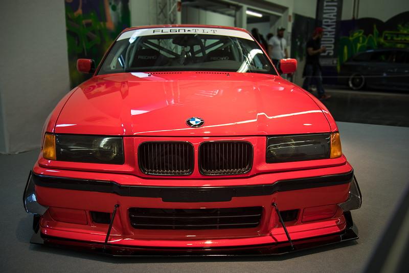 BMW 328i (E36) mit Carbon Flaps vorne.