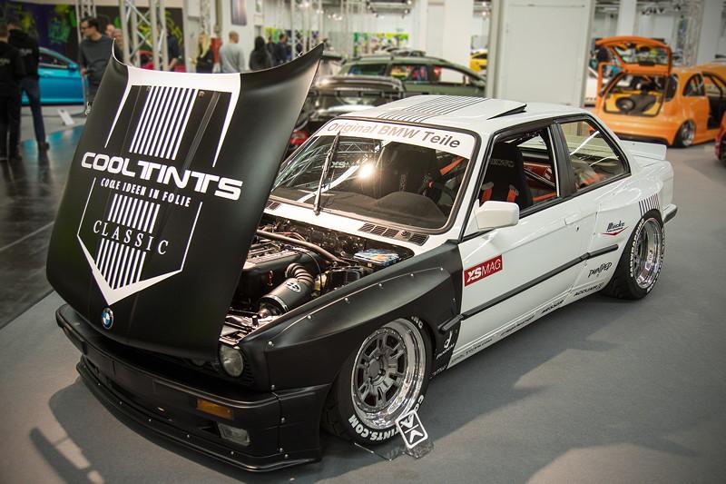 BMW 3er (E30) mit Umbau auf 'Rocket-Bunny', bestehend u. a. aus Kotflügelverbreiterungen.