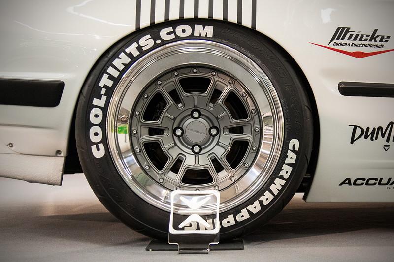 BMW 3er (E30) auf 17 Zoll Rad mit spez. angefertigten 'Messer' Felgenstern. Bereifung HA: 275/35/17.