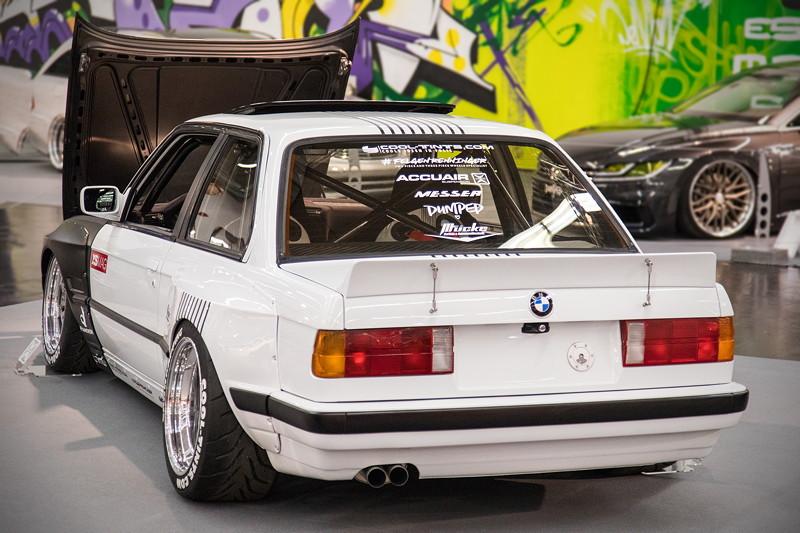 BMW 3er (E30), speziell angefertigtes, gekürtzes Airride-Fahrwerk, Showeinbau im Kofferraum.