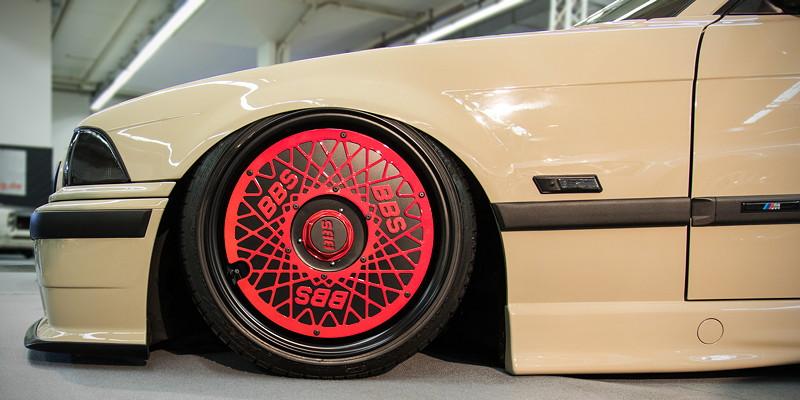 BMW 320i (E36) auf einteiligen 'Dare RS' Felgen, vorne mit 8,5J x 17 Zoll Felgen und 195/40 Bereifung.