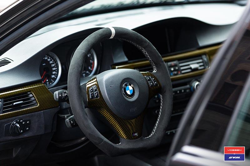 BMW 335i Touring (E91), gold eingefärbte Carbon-Interieurleisten.