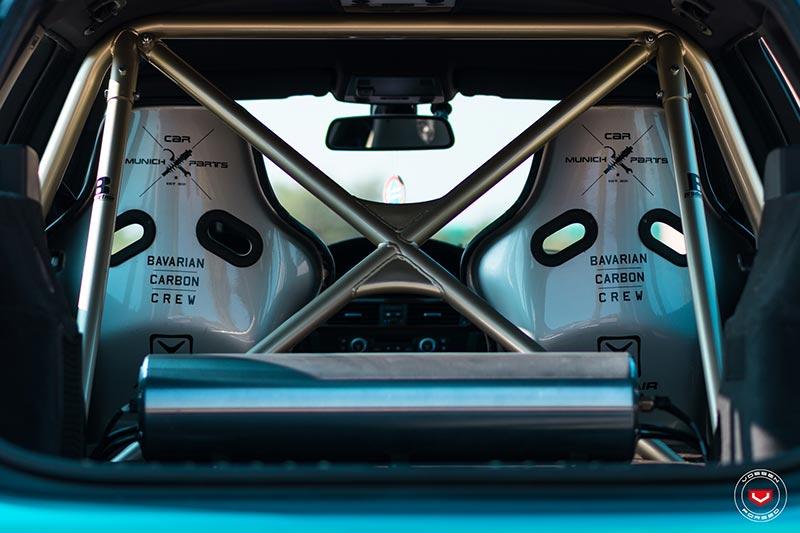 BMW 335i Touring (E91), gold lackierte 'Wiechers' Käfig mit X- und H-Strebe.